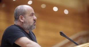 Óscar Guardingo, senador de Unidos Podemos durante el debate de la moción. Fotografía: Irene Lingua