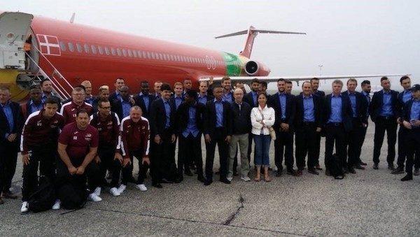 La plantilla del Ostende ante el avión que debía llevarles a Marsella.
