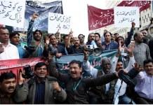 """Miembros de la Unión de Periodistas de Karachi y del Club de la Prensa de Karachi protestan contra la ola de ataques que sufre el sector. """"Los ataques contra la libertad de prensa son inaceptables"""", """"Larga vida a la libertad de prensa"""" y """"Nos opondremos a los intentos de amordazar a la prensa libre"""", rezan las pancartas. Crédito: Saleem Shaikh/IPS."""