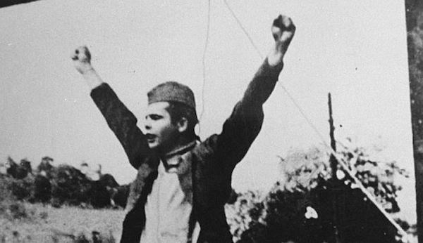 El partisano Stjepan Filipovic en su icónico gesto antes de ser ahorcado.