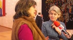 periodista y la directora general de la Unesco, Irina Bokova (a la derecha). Crédito: AD McKenzie / IPS