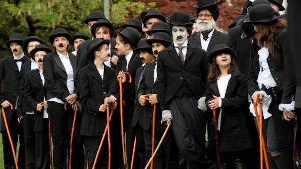 Personas disfrazadas de Charlot en homenaje al cómico
