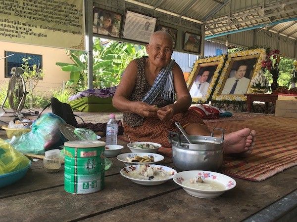 En la fotografía Phauk Se, de 80 años, cuyo hijo, el popular periodista Kem Ley, crítico del gobierno, fue asesinado en julio de 2016. Crédito: Pascal Laureyn/IPS