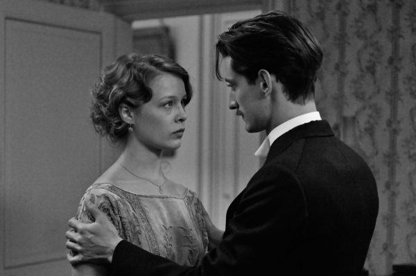 Pierre Niney con Paula Beer en una escena de Frantz, película de François Ozon