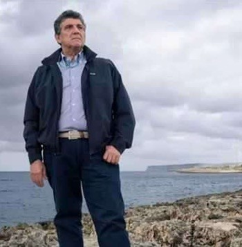 Pietro Bartolo en la costa de Lampedusa
