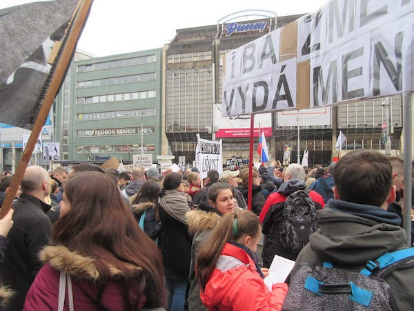 Las protestas masivas en Eslovaquia tras el asesinato del periodista Jan Kuciak y de su novia Martina Kusnirova, llevó a la renuncia del primer ministro, el ministro del Interior y el jefe de la policía. Crédito: Ed Holt/IPS.