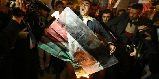 Manifestantes queman una bandera saharaui en una manifestación ante el Parlamento de Rabat.