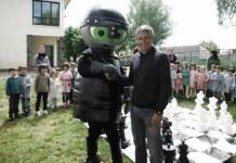 Quique Setién con la mascota Xaquedrim, rodeado de niños. Foto: Club Xaquedrum