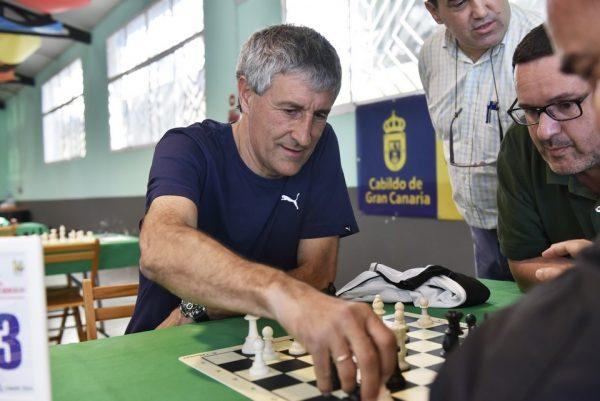 Quique Setién jugando al ajedrez en Las Palmas