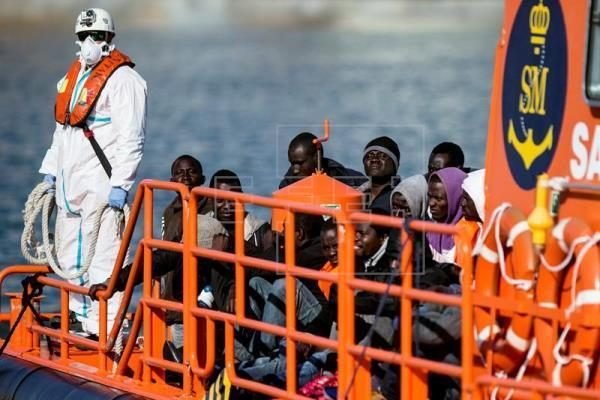 Un buque de Salvamento Marítimo llega la puerto de Málaga con inmigrantes subsaharianos rescatados en el Estrecho