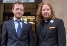Sam Walton y Rev Daniel Woodhouse fuera del Tribunal de Magistrados de Burnley (Imagen de CAAT)