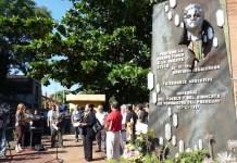 Homenaje en 2013 al periodista Santiago Leguizamón frente al monolito que lo recuerda. Foto: Magali Casartelli