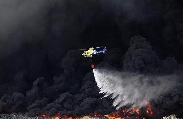 Un helicóptero combate el incendio de neumáticos de Seseña