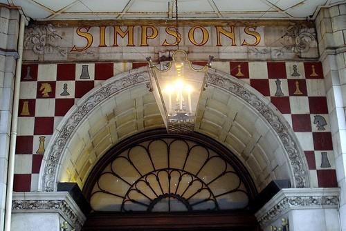 Entrada a Simpsons, fachada con motivos ajedrecísticos.