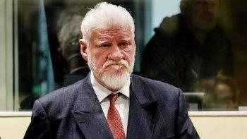 Slobodn Praljak momentos antes de suicidarse ante la corte del Tribunal Penal Internacional