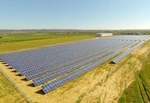 Planta de energía solar construida con aportaciones ciudadanas por Som Energía en Alcolea del Río, Sevilla.