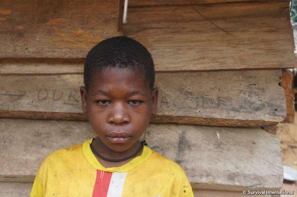 En 2016 esta niña baka fue torturada en Camerún por una patrulla antifurtivos financiada por WWF cuando tenía 10 años. © Survival International