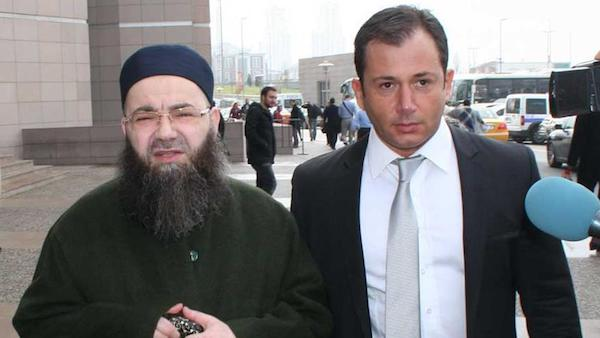 Telepredicador turco Ahmet Mahmut Ünlü junto a su abogado.