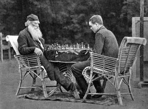 Tostoi juega ante el hijo de su amigo y editor, Vladimir Chertkov
