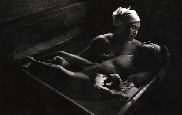 """Foto de Tomoko Uemura tomando un baño sostenida por su madre, tomada en 1972 por el fotógrafo Eugene Smith, extraída de esta nota titulada: """"Tomoko en el Baño"""""""