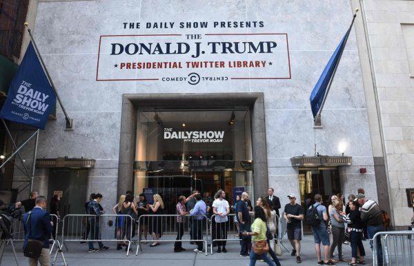 """Trevor Noah expone un """"Daily show"""" con los tuits de Donald Trump"""