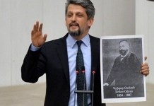 El diputado Garo Paylan en el Parlamento muestra un retrato del jurista de origen armenio Krikor Odyan, ideólogo de la Constitución turca de 1876.