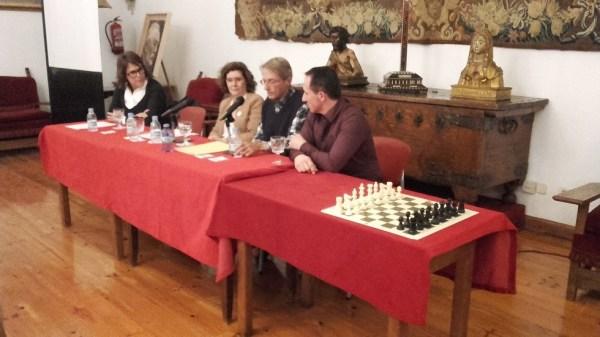 Mesa redonda, de izquierda a derecha: Flor Hernández, responsable de la Casa Museo Unamuno; la directora de la Biblioteca histórica de la Universidad, Margarita Becedas; el nieto del escritor, Ramón de Unamuno Pérez y el maestro de ajedrez, Amador González de la Nava.