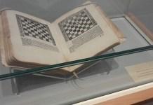 de Lucena, editado en 1497 y conservado en la Universidad de Salamanca.