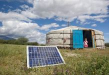 En la provincia Uvs de Mongolia, una familia usa un panel solar para generar energía para su ger, una carpa tradicional de Mongolia. Foto ONU/ Eskinder Debebe