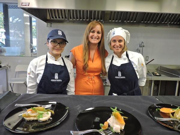 Victoria Sade, directora del Instituto Culinario Mario Moreno en Miami, con dos alumnas