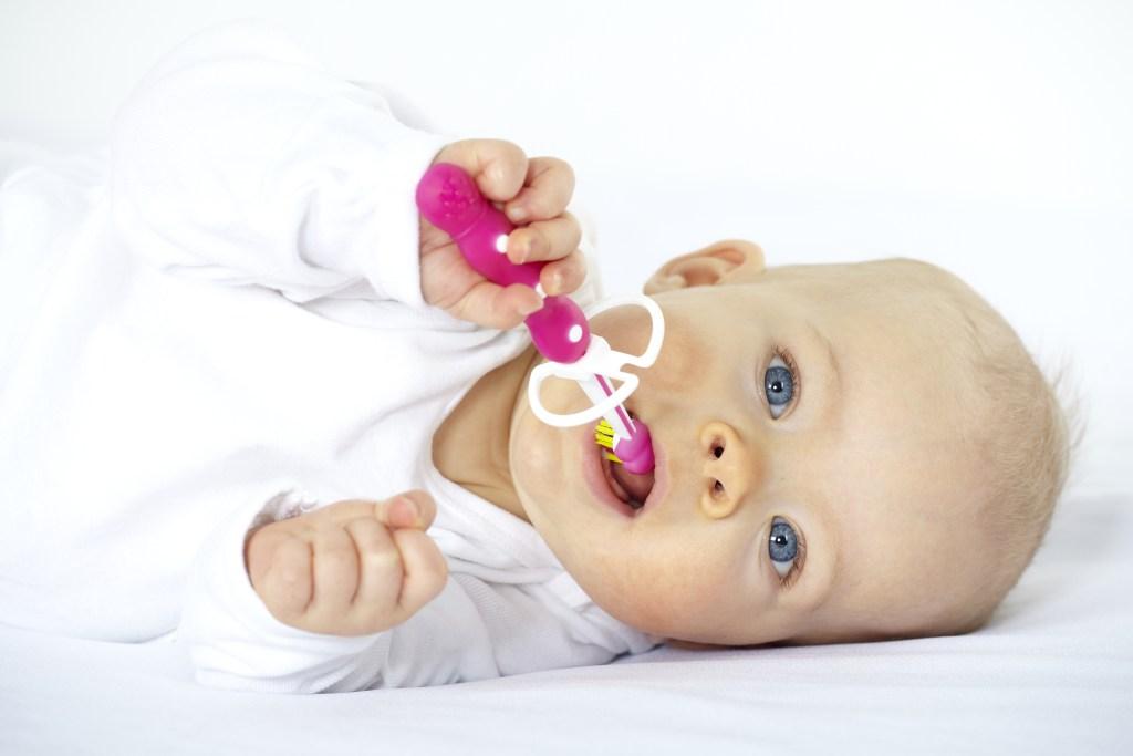 bébé avec brosse à dent fluor