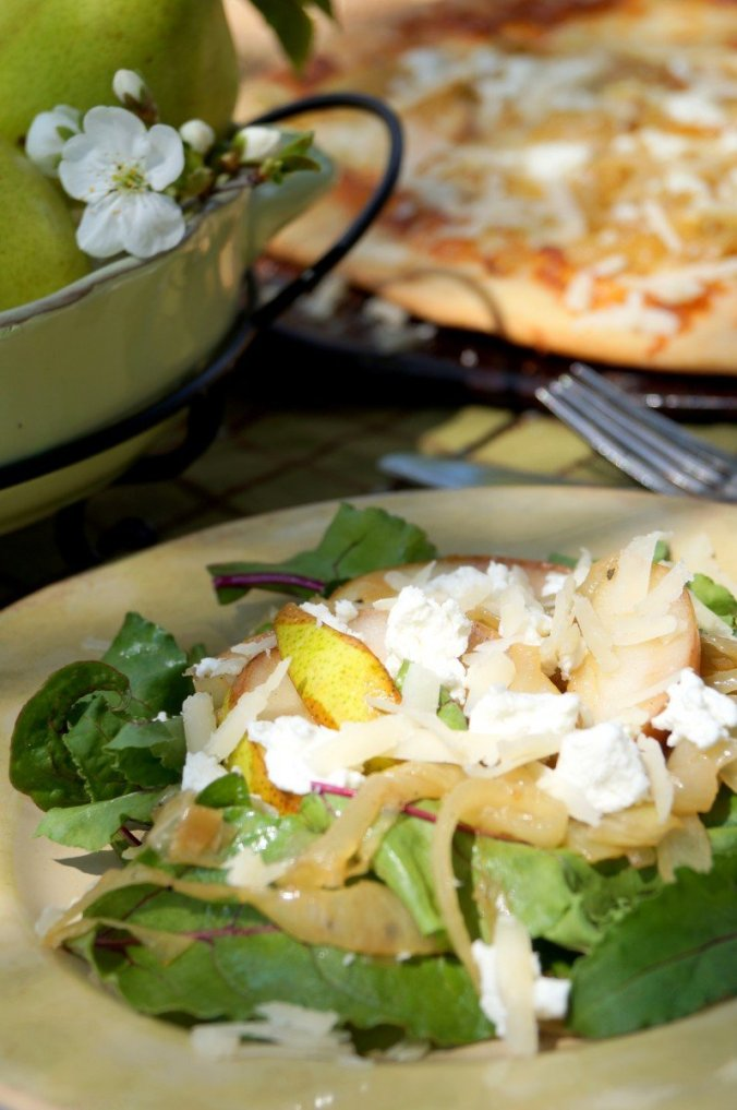 Salad with pears and pizza