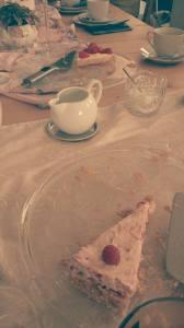 gepluenderte kaffeetafel