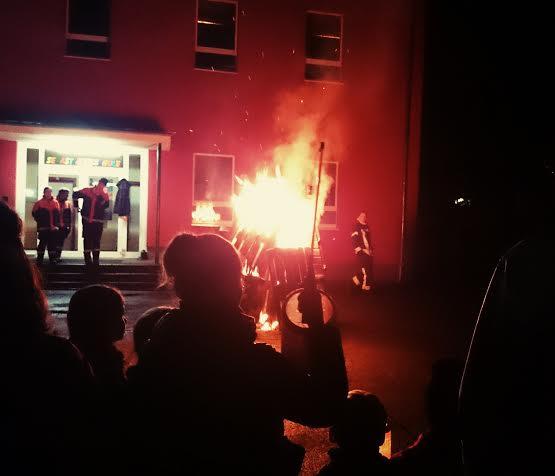 ...und ein großes Martinsfeuer (und Feuerwehrmänner!!!).