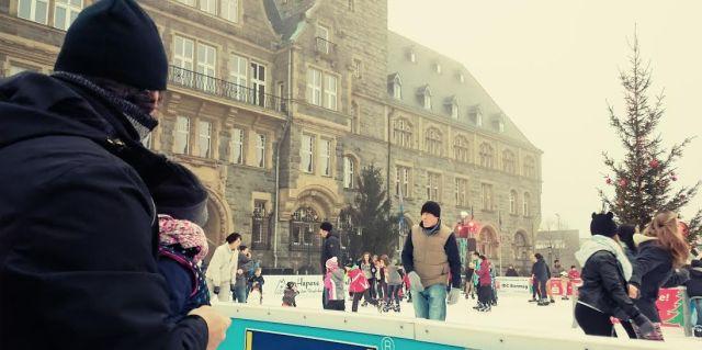 Den Leuten auf dem Weihnachtsmarkt beim Schlittschuhlaufen zugeguckt.