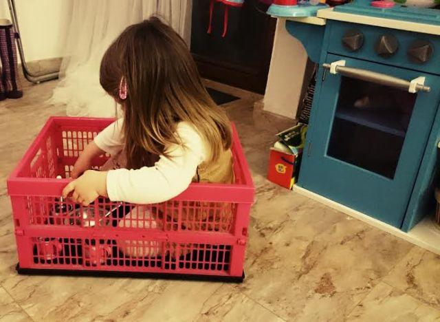 Bevor es ins Bett ging hat die Perle noch etwas gespielt...in Papa's Kiste. Ganz schön schlau, so konnte er nämlich nicht nach Hause fahren.