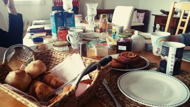 Nachdem die Perle und ich richtig schön ausgeschlafen haben gab es ein leckeres Frühstück mit Oma und Opa.