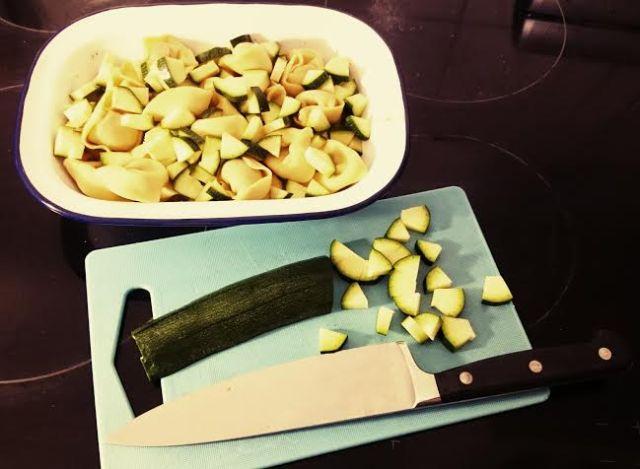 Abendessen vorbereiten...Tortellini-Auflauf mit Zuccini. Lecker.