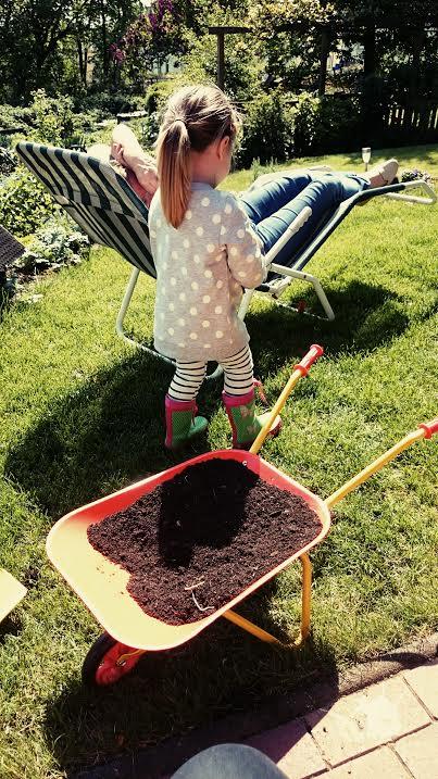 Dann hiess es: Chillen im Garten. Die Perle fuhr Dreck in ihrer Schubkarre durch die Gegend und freute sich.