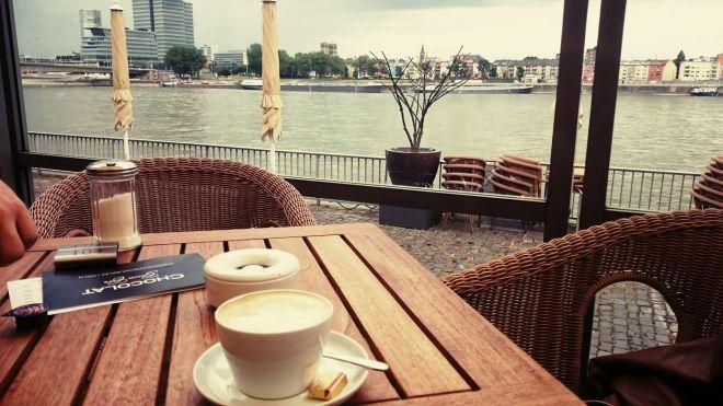 Nach dem Muesum setzten wir uns für einen gemütlichen Kaffee an den Rhein.