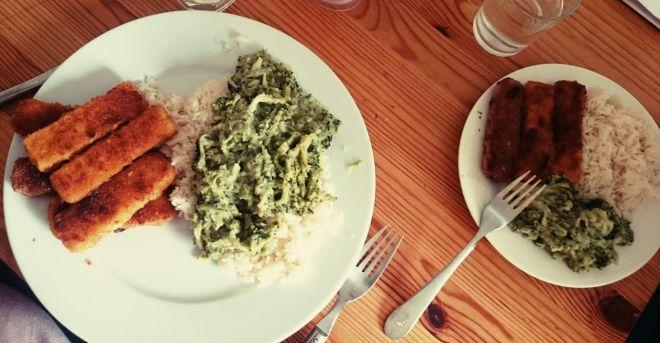 Zum Abendessen gab es Fischstäbchen, Reis und Brokkoli. Lecker.