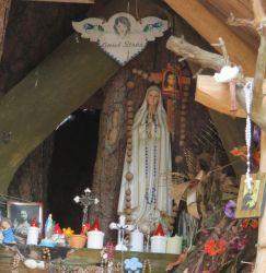 Leśna kapliczka Matki Bożej Fatimskiej
