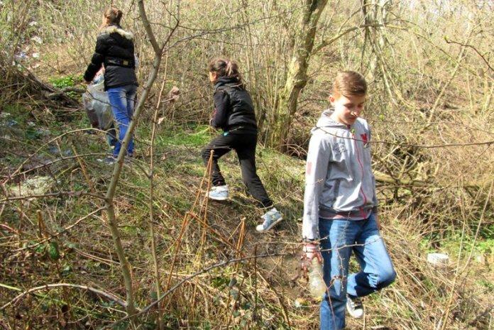 Bambini rifiuti permacultura romania