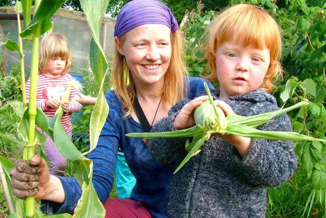 Genitori permacultura bambini Lusi Alderslowe