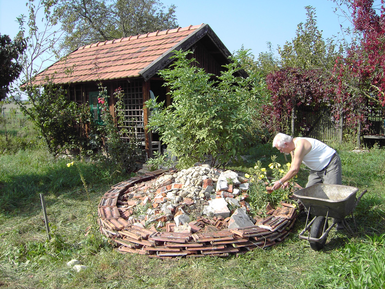 Hermann Gruber beim Bau eines Trockenbiotops