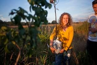 Magda Górska, eKodama, podczas przyjacielskiej inicjatywy sadzenia drzew na jeziorku. W latach 2012-2017 na terenie tym posadziłam około 150 drzew i krzewów. Teren jest trudny, ponieważ to miejsce podmokłe o dużej ilości traw bagiennych, ale ok. 80% się przyjęło. Staram się dobierać gatunki lubiące takie gleby ale testuję z wszystkimi gatunkami. Pięknie rośnie od 4 lat cedr himalajski (ma jadalne orzeszki).