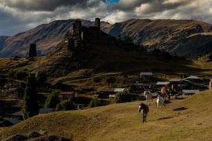 Widok na Górne Omalo z jednej z wielu górek okalających wioskę.