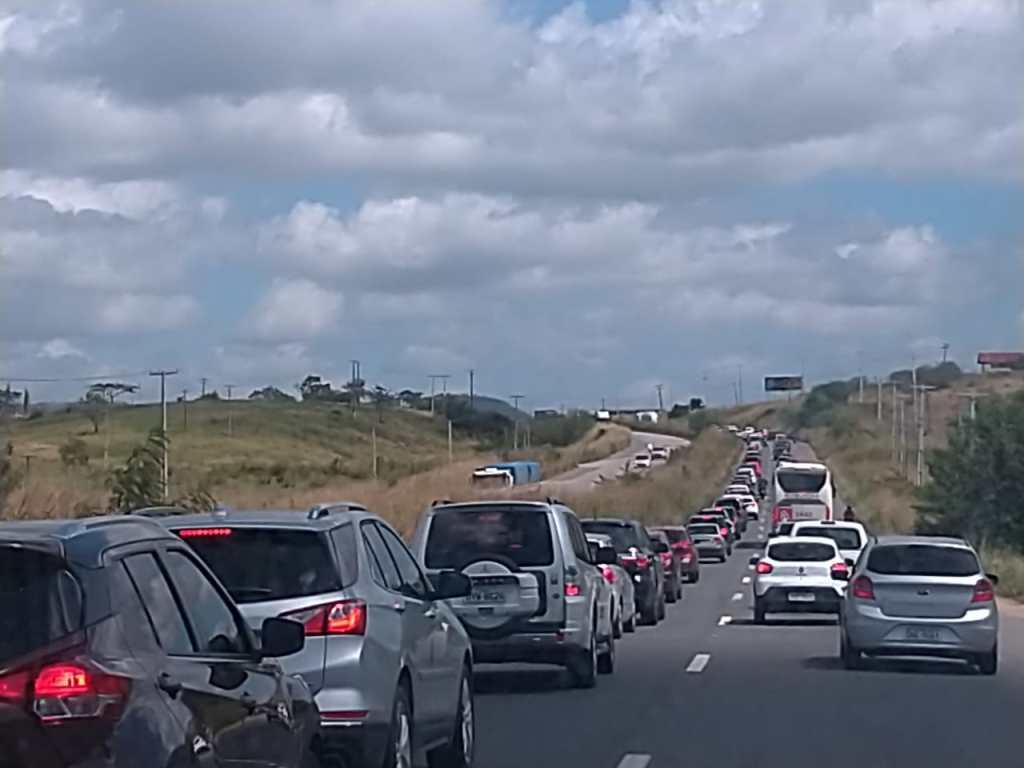 Acidente na BR-232 deixa trânsito lento em Pombos