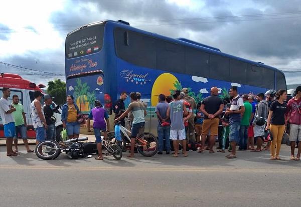Acidente entre ônibus e moto deixa uma pessoa morta e outra ferida na BR-232