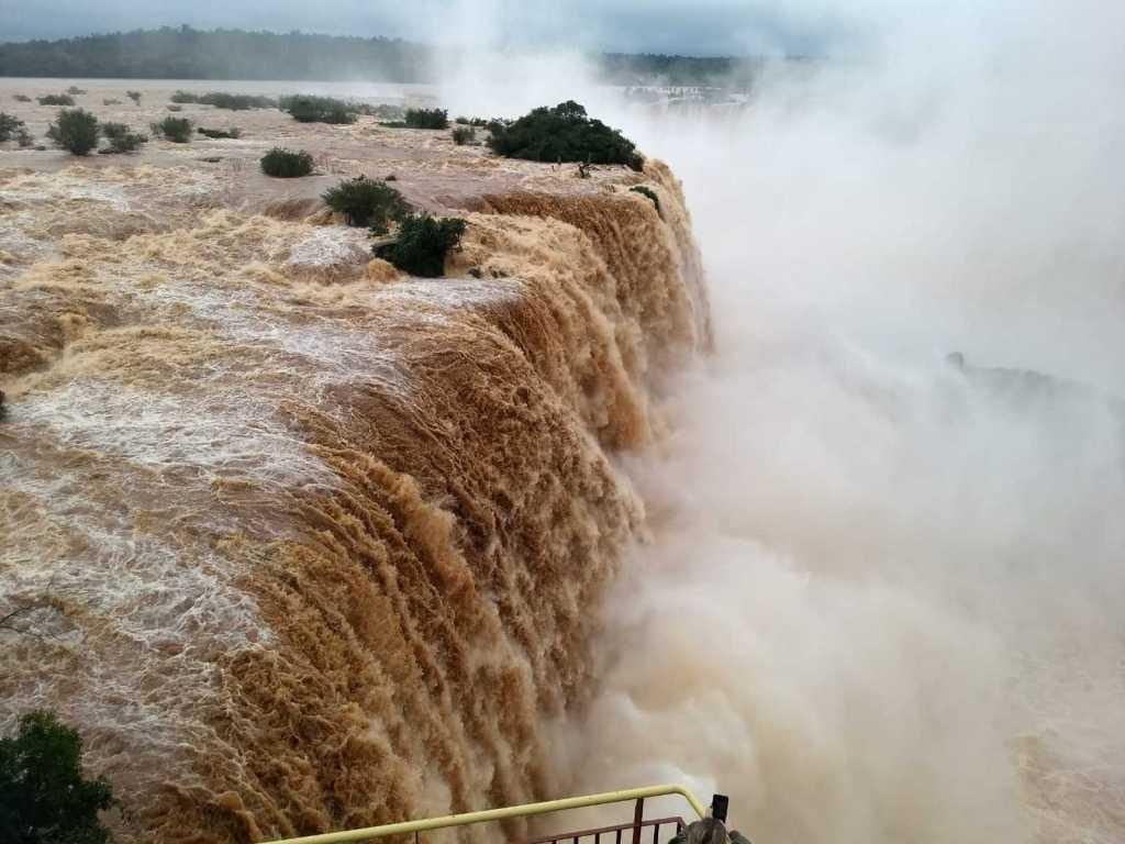 Chuvas elevam quatro vezes nível das cataratas de Foz de Iguaçu (PR)